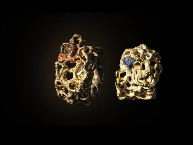 Anelli in argento, oro e frammenti di lapislazzuli e ferro