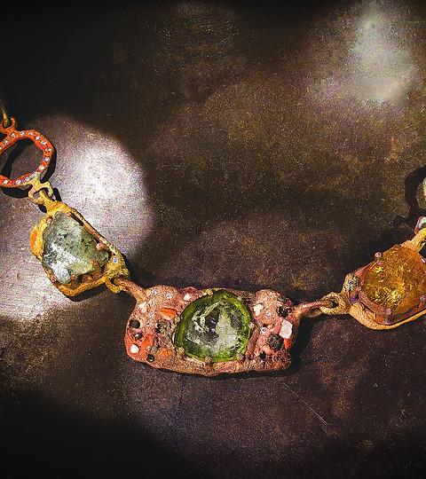 Collana inclusioni, oro, corindoni e diamanti