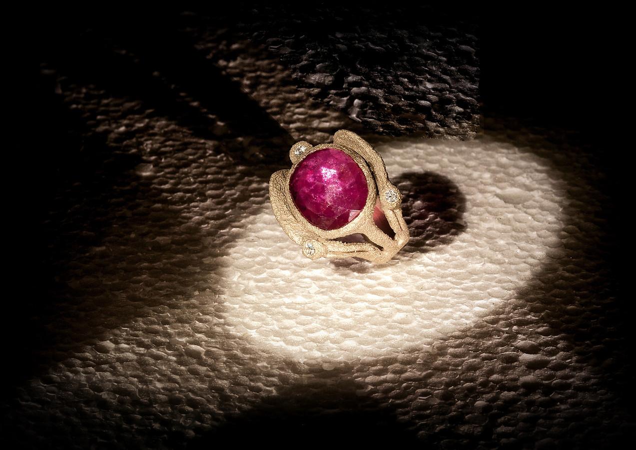 Anello in oro muto, diamanti e rubino