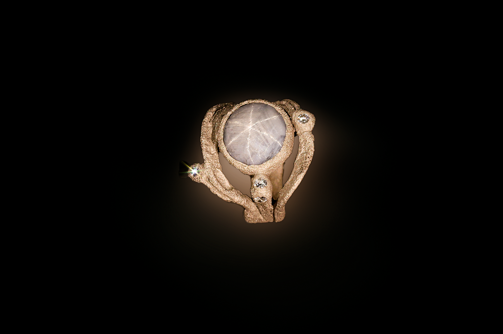 Anello in oro, diamanti e zaffiro stellato