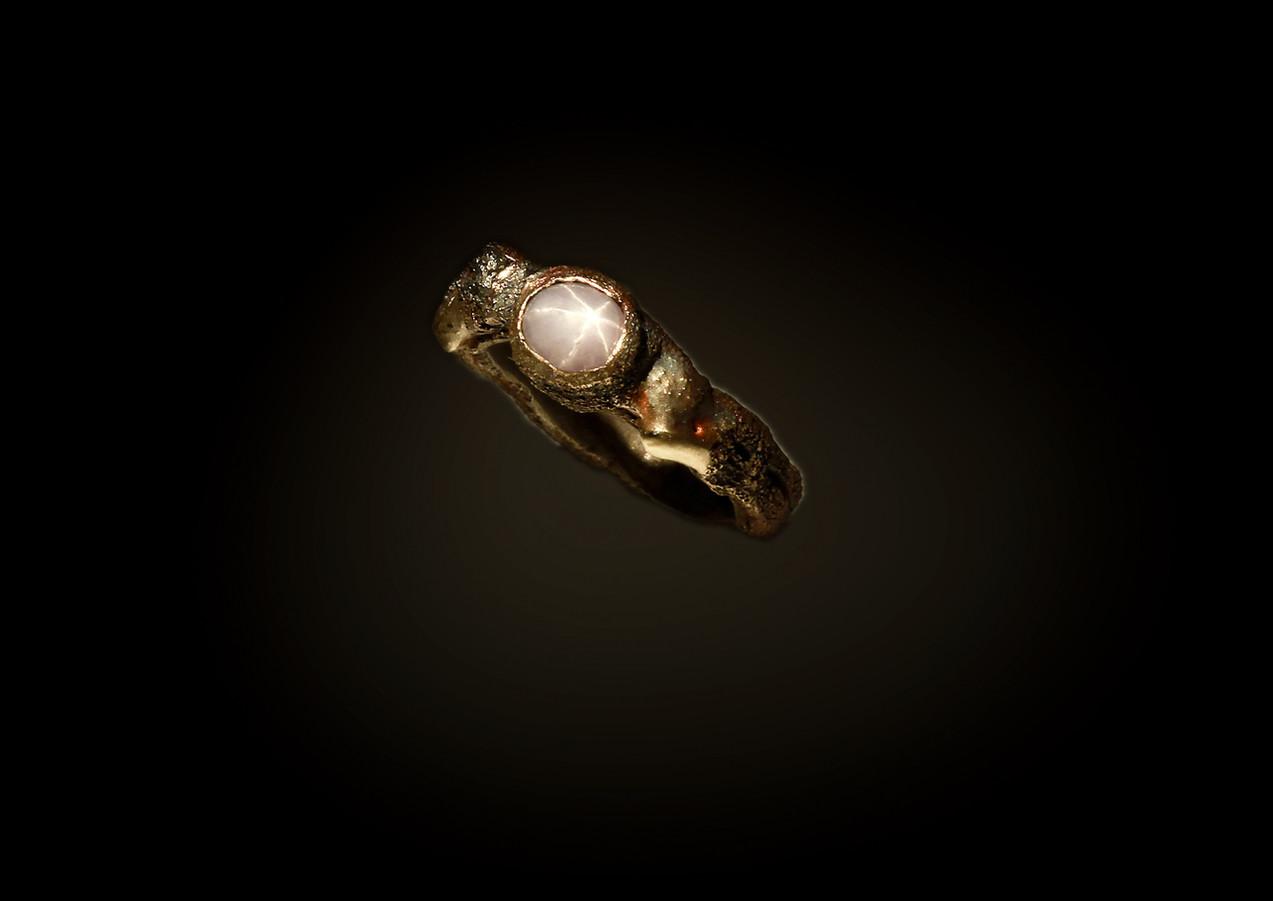Anello in bronzo, ferro, zaffiro stellato e oro