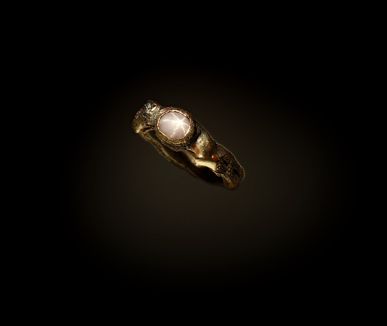 Anello in bronzo, argento, oro e zaffiro stellato