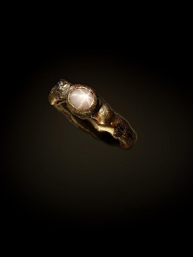 Anello in bronzo, ferro, argento e zaffiro