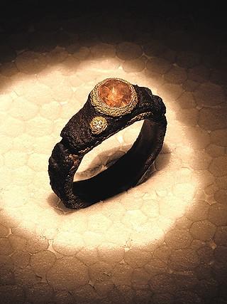 Anello in ferro-oro, diamante e diamante grezzo