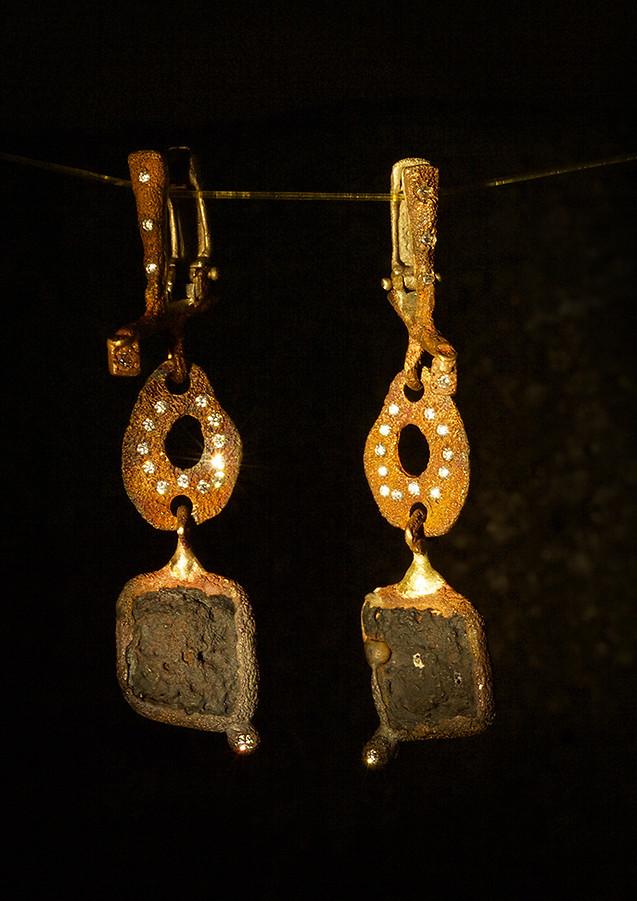 Orecchini in bronzo, scorie di ferro e oro