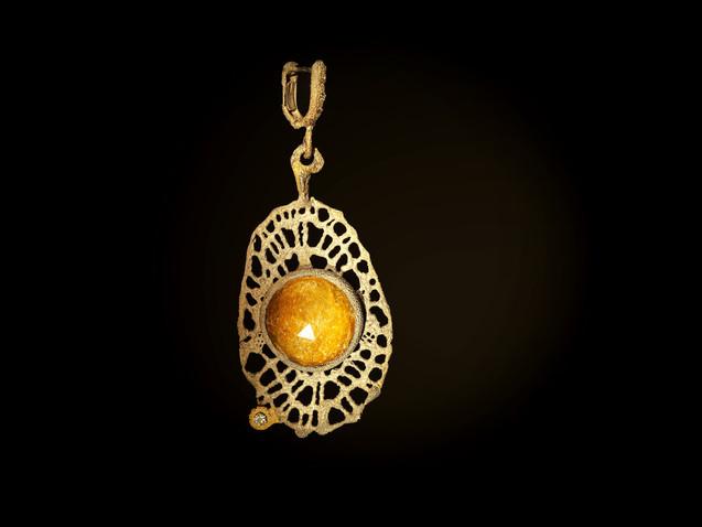 Orecchino in argento, oro e corindone