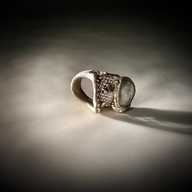 Anello in oro muto, diamanti e diamante grezzo