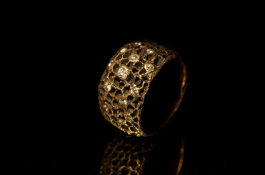 Anello in oro rosso brunito e diamanti
