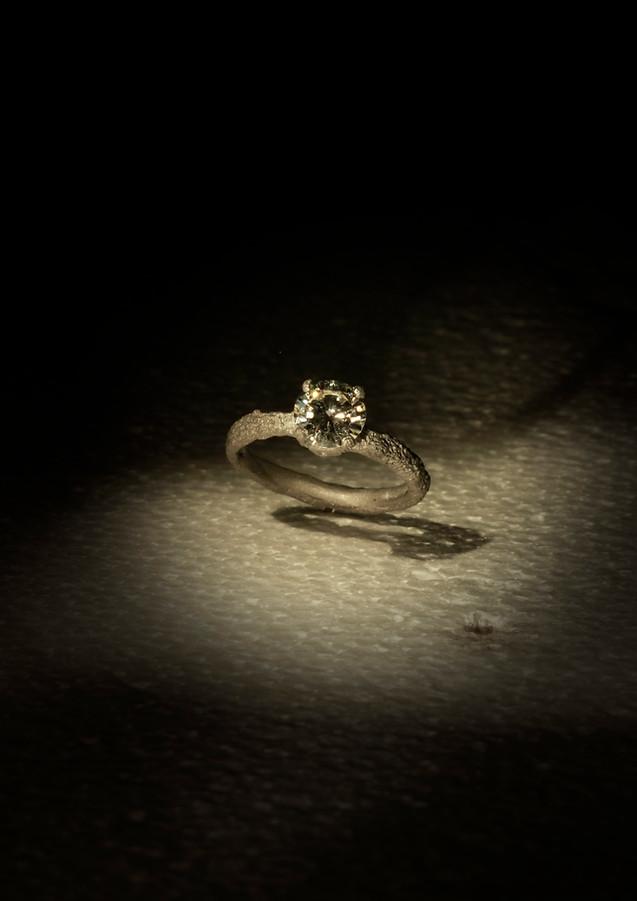 Solitario in oro muto e diamante