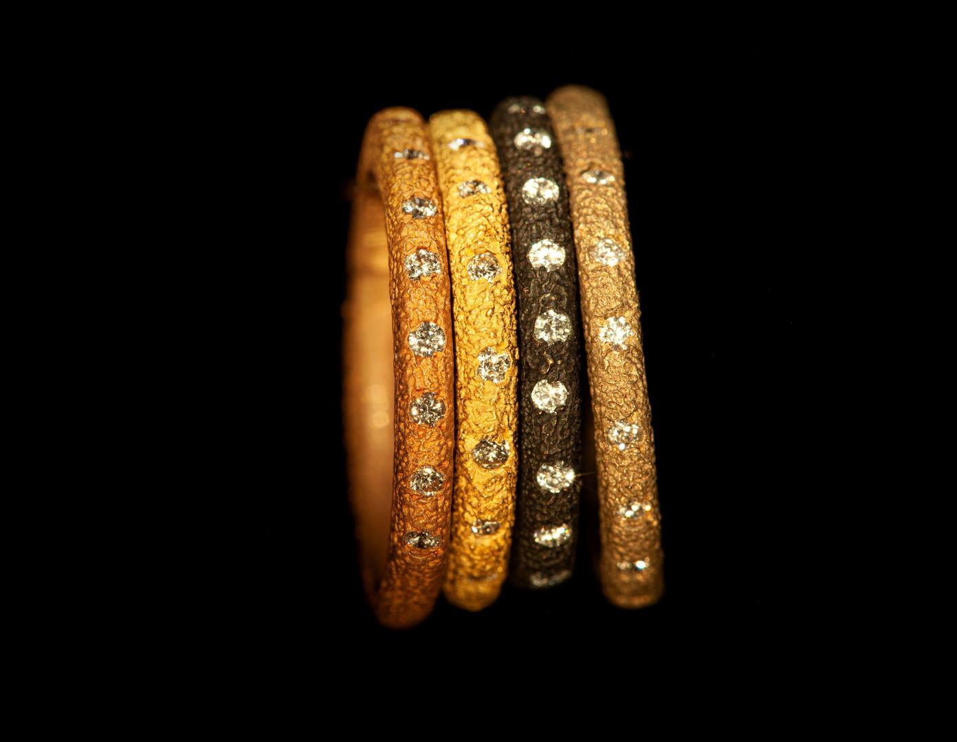 Anelli in oro muto rosso, giallo, brunito e bianco con diamanti