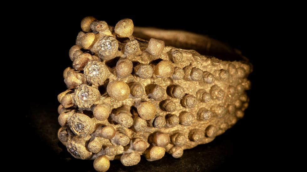 Anello in bronzo, oro, argento e diamanti