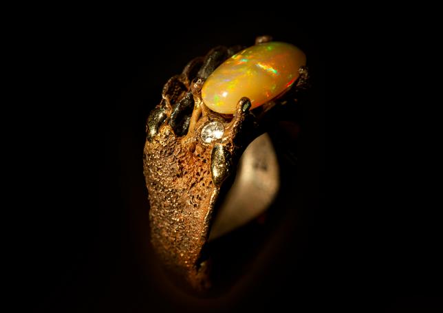 Anello in bronzo, ferro, oro, argento, diamante e opale