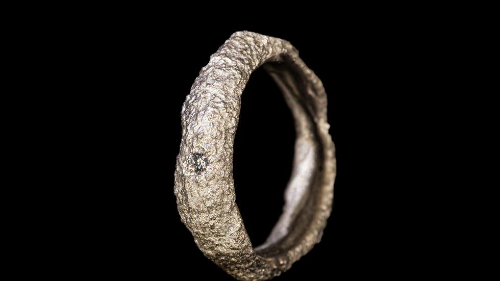 Fede in titanio e diamante