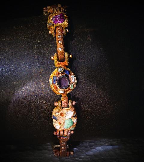 Bracciale in bronzo, diamanti e inclusioni