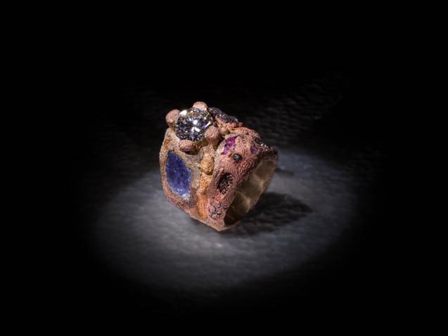 Anello in argento, diamante, bronzo e inclusioni