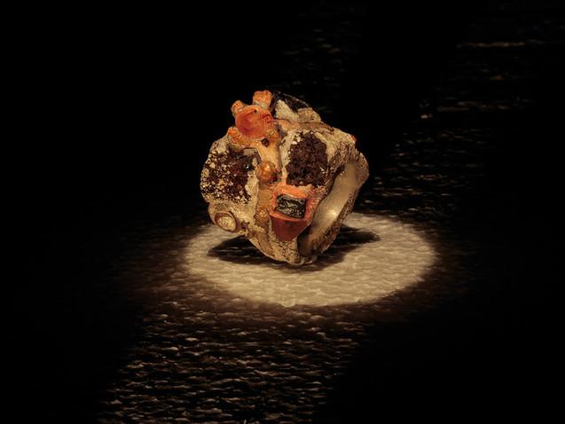 Anello in argento, diamante e inclusioni