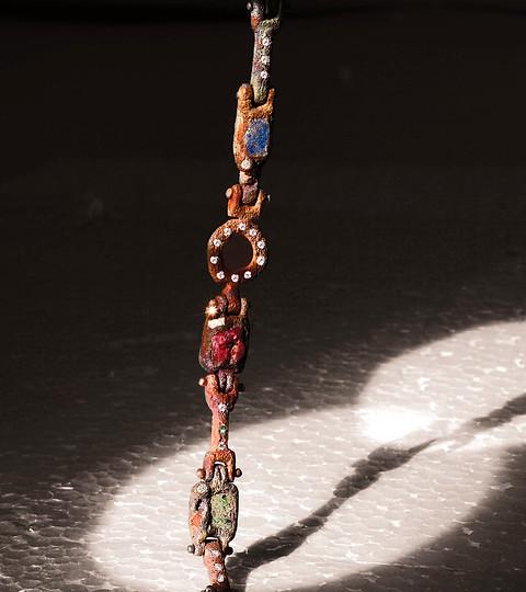 Bracciale in bronzo, rubino grezzo e inclusioni