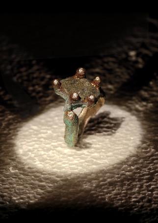 Anello in bronzo, klinker e diamanti