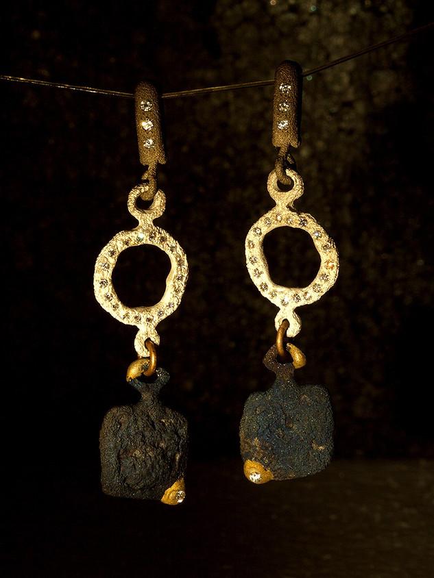 orecchini in ferro-oro, diamanti e argento palladio