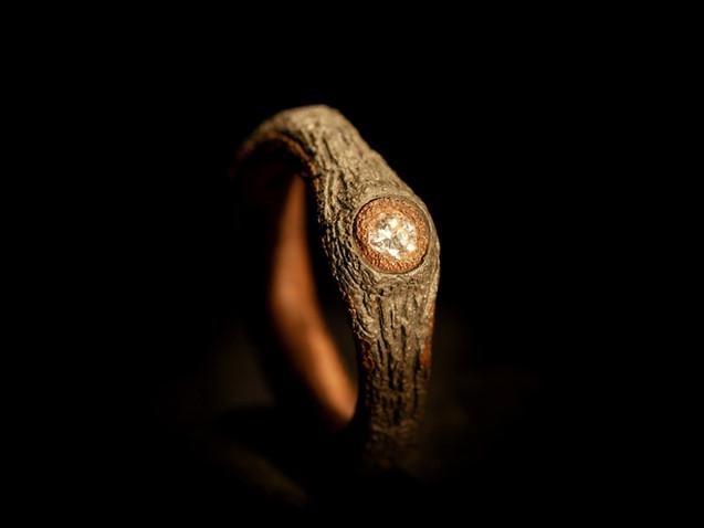 Anello solitario in ferro oro e diamante