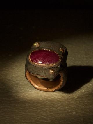 Anello in ferro-oro e rubino