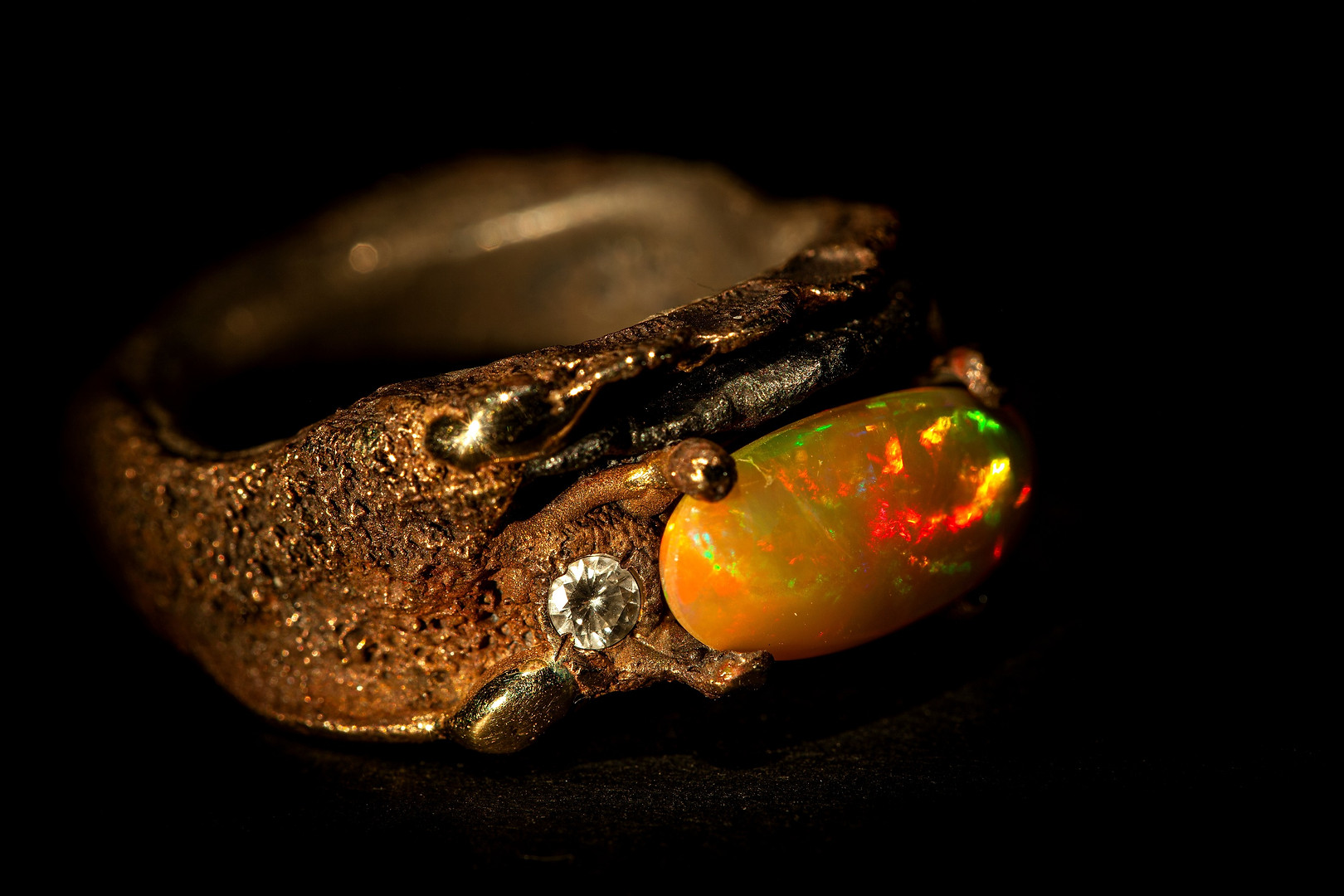 Anello in bronzo, ferro, argento, oro diamanti e opale