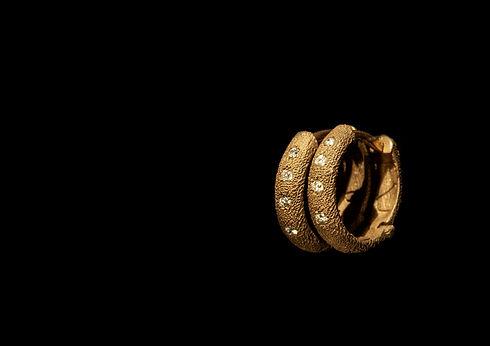 Orecchini in oro muto e diamanti.jpg