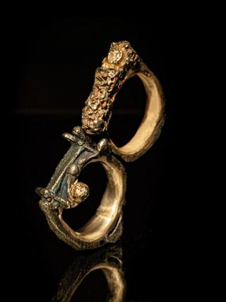 Anelli in ferro, oro, argento e diamanti