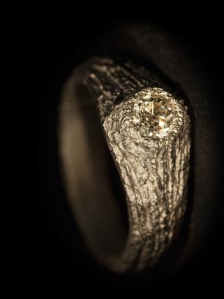 Anello solitario in titanio e diamante