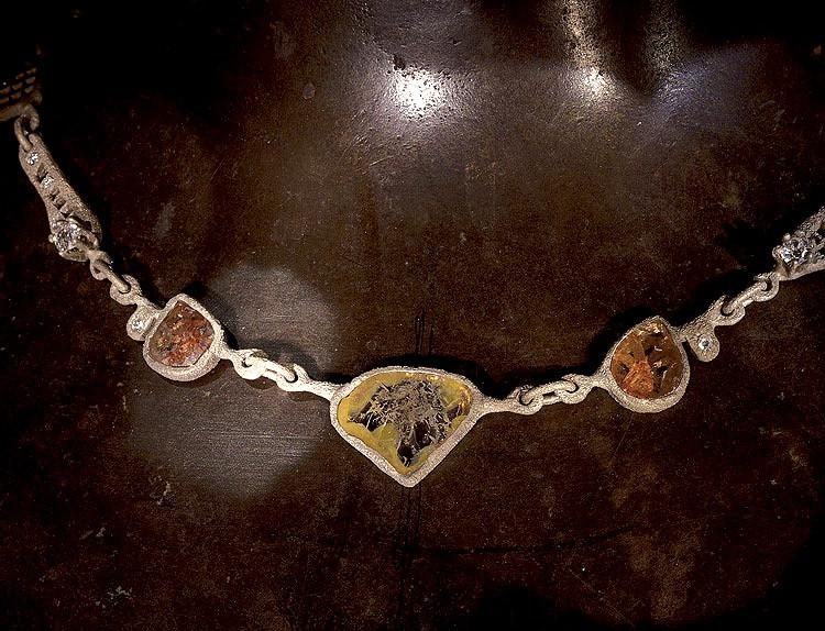 Collana in oro muto e diamanti grezzi