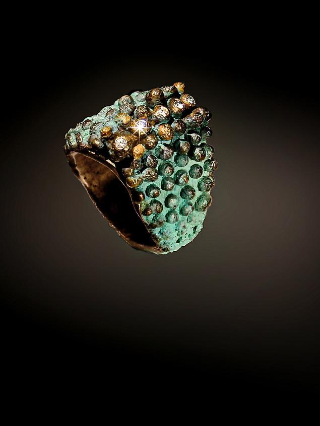 Anello in bronzo, oro, diamanti e argento