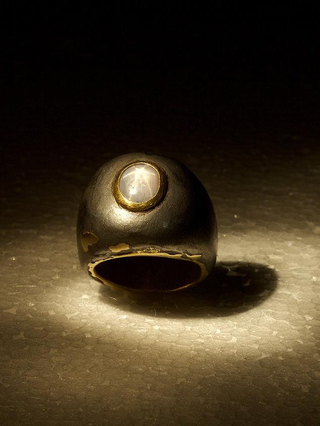 anello in ferro-oro e corindone stellato