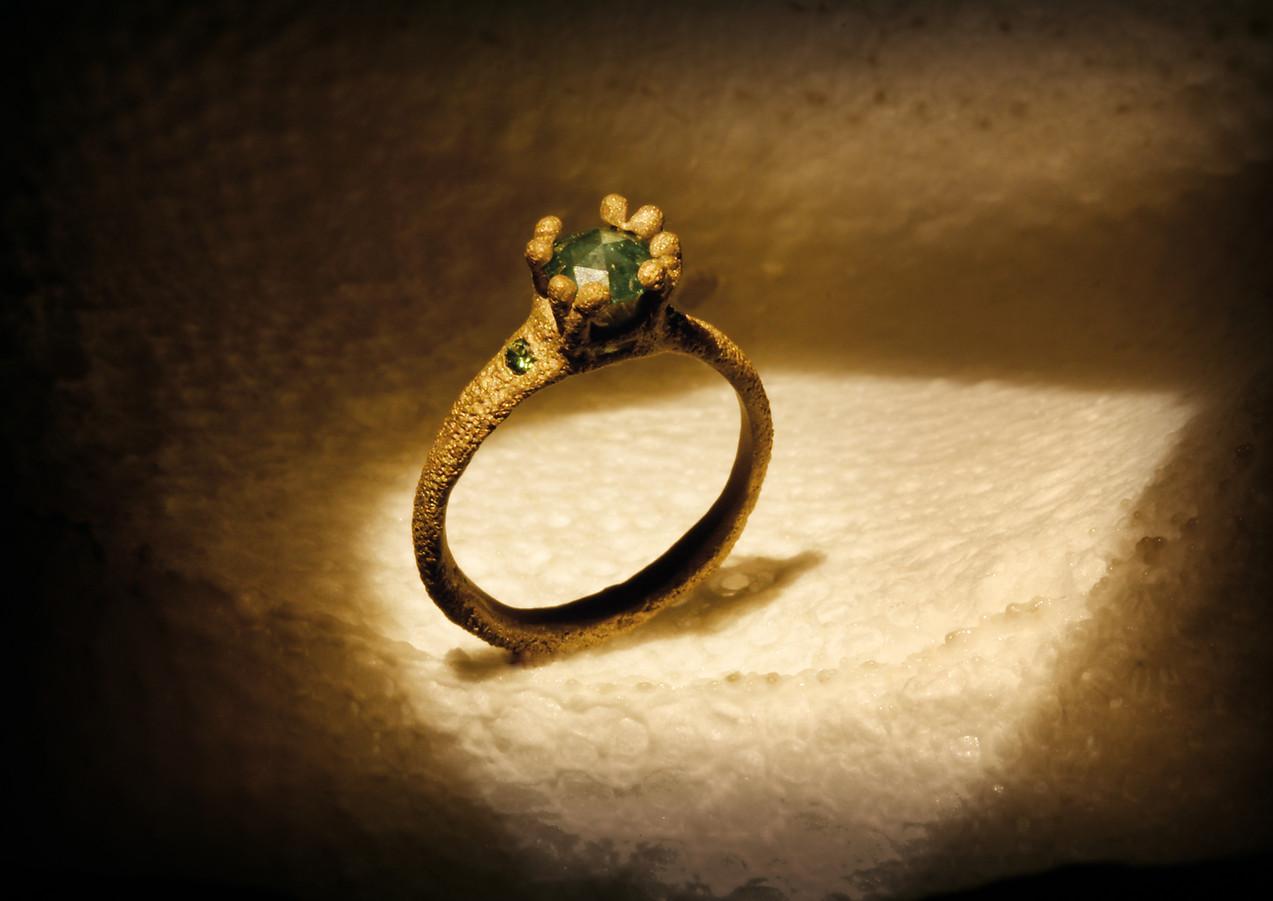 Anello in oro muto e diamanti verdi
