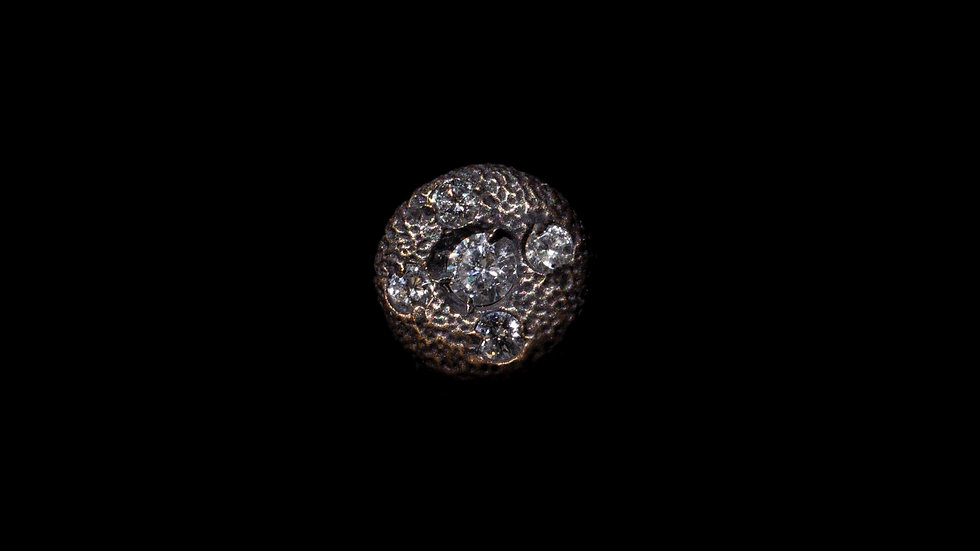 Orecchino in oro brunito e diamanti