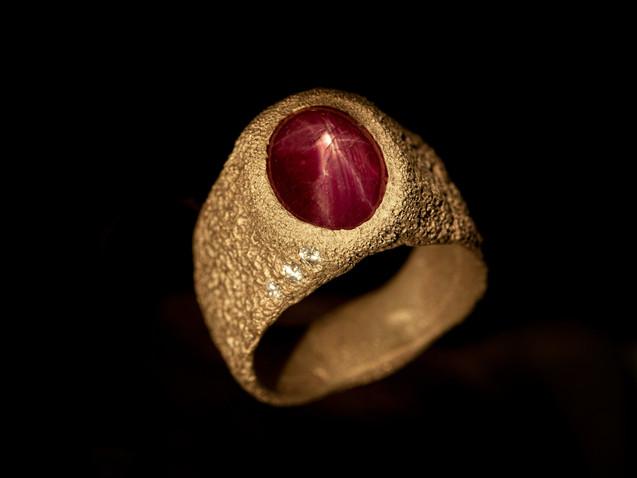 Anello in oro, diamanti e rubino stellato