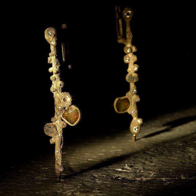 orecchini in oro, diamanti, diamanti grezzi e scoria di ferro