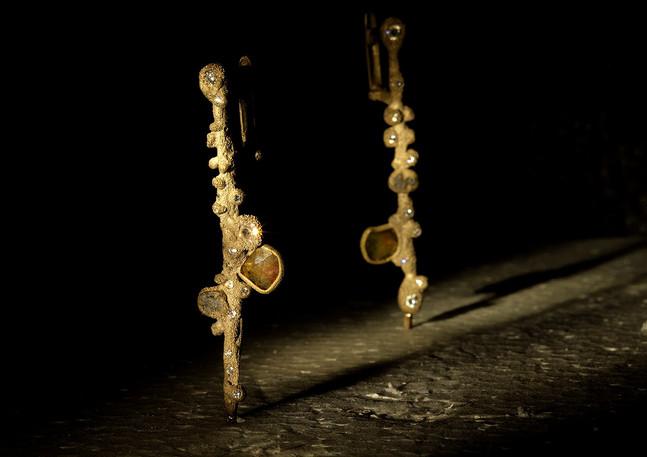 Orecchini in oro muto, diamanti e ferro