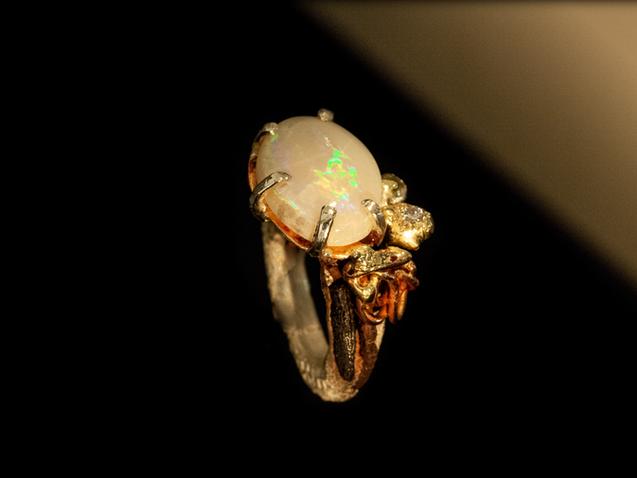 Anello in argento, ferro, oro, bronzo e opale