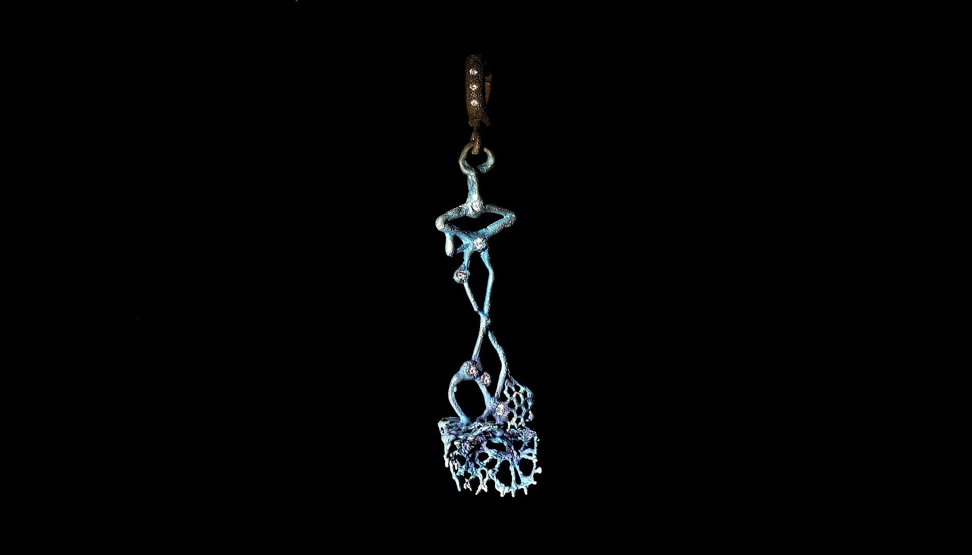 Orecchino in titanio, oro e diamanti