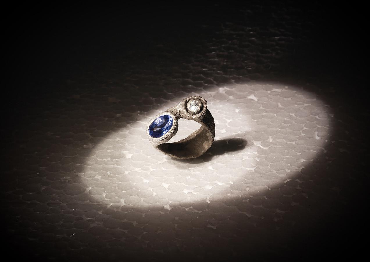 Anello in oro muto, diamanti e zaffiro