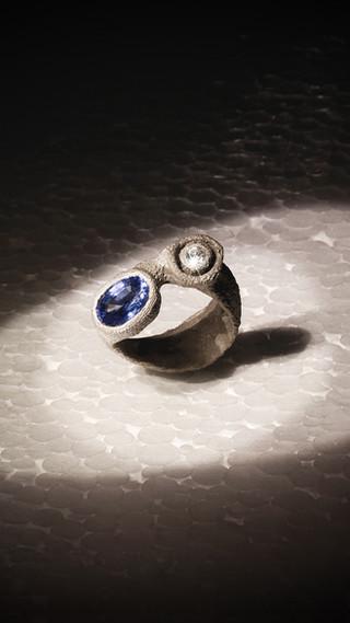 Anello in oro muto, diamante e zaffiro