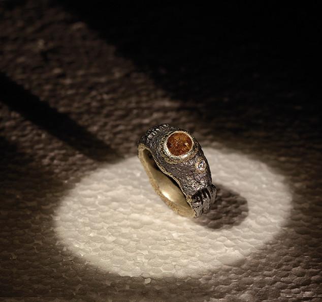 Anello in ferro-oro e diamante grezzo