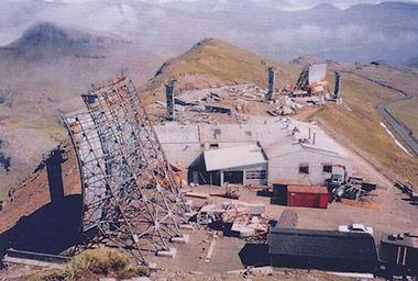De store antenner til stationens Forward Scatter-kommunikation under opførelsen i 1963