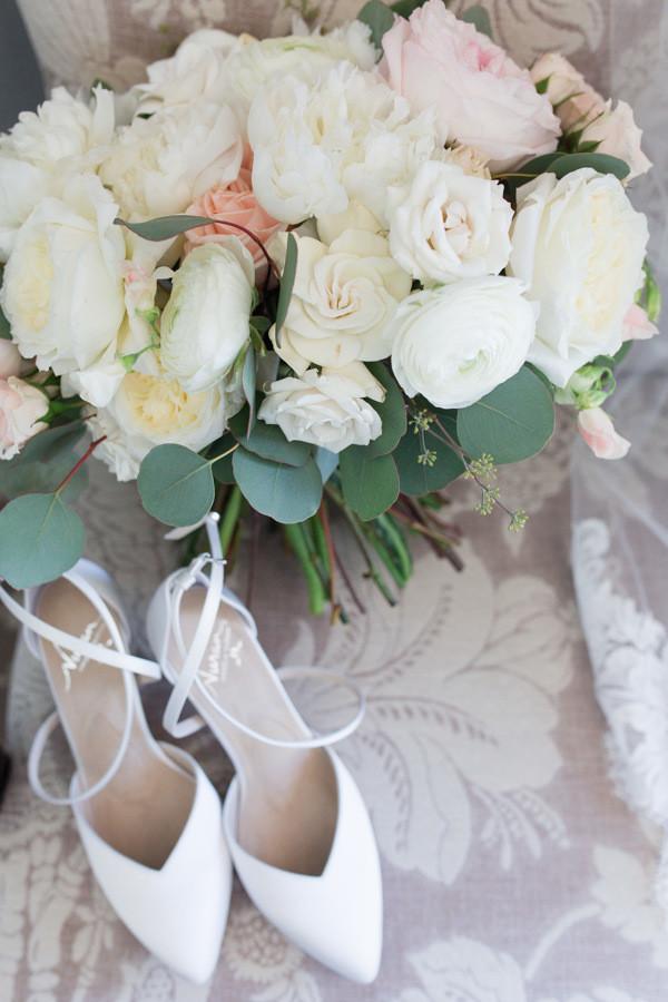 Bride's bouquet & wedding shoes