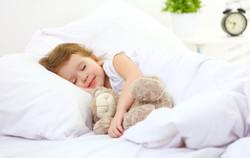 ילדה ישנה במיטה