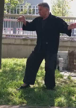 Acht Brokatübungen (Baduanjin) Baduanjin ist eine sehr alte  Qigong - Übung mit  8 Bewegungsmustern. Der Name deutet an, dass es sich um etwas sehr Kostbare s von großer Schönheit handelt. Diese Übung ist in der Bevölkerung Chinas weit verbreitet. Auf Grund der langen Geschichte gibt es  zahlreiche Varianten der Brokatübungen bezüglich der Ausführung und Wirkung.