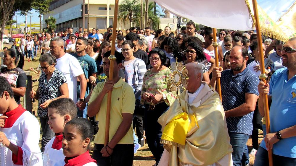 Fiéis Católicos celebram Corpus Christi em Valparaíso