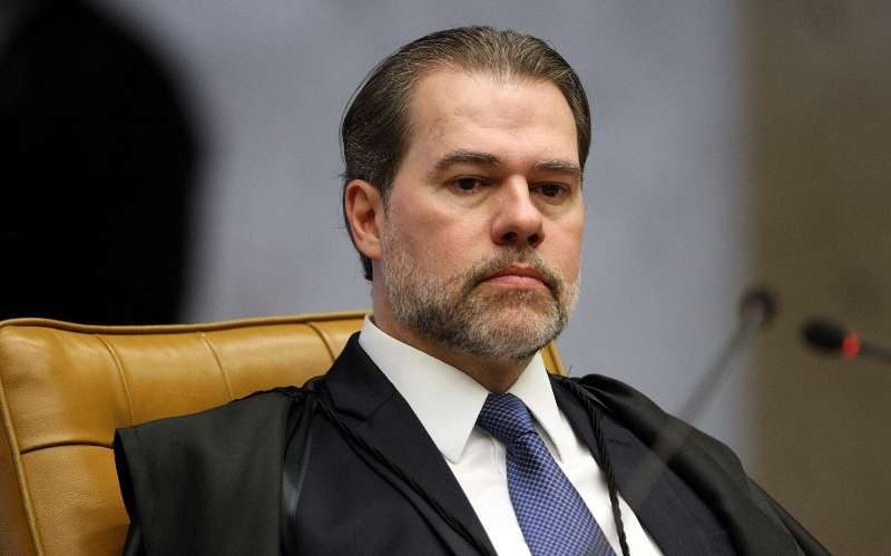 Decisão de Toffoli que beneficia Flávio Bolsonaro une esquerda e direita nas redes sociais