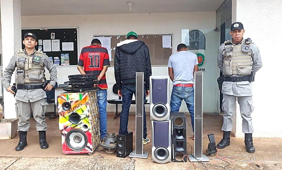Três homens são presos por som alto em área residencial