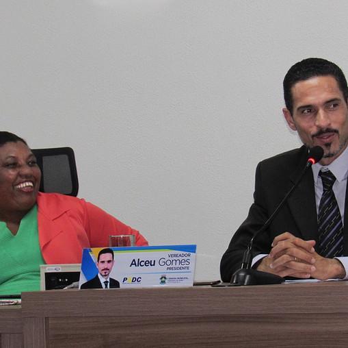 Primeira Secretária, vereadora Elenir, e presidente, Alceu Gomes, da Câmara Municipal de Valparaíso ouvem pronunciamento do vereador Zé Antônio